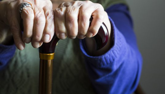 mani anziano bastone hd
