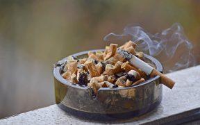 posacenere, mozziconi di sigaretta e fumo